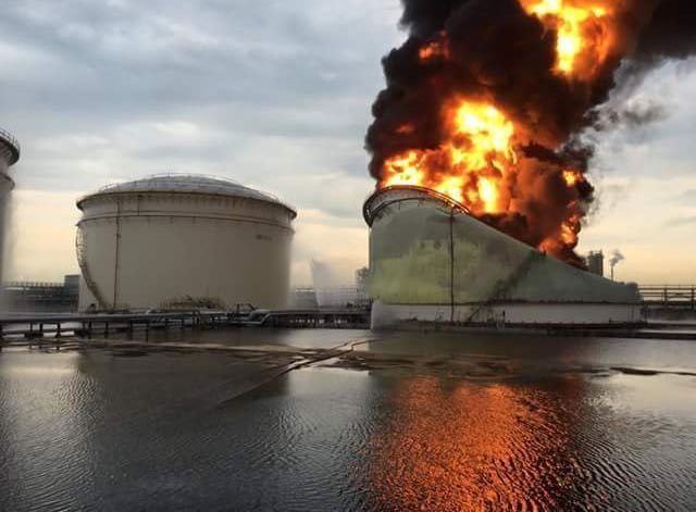 OIL TANK ENGULFED IN FLAMES IN JURONG ISLAND (20/4/16)