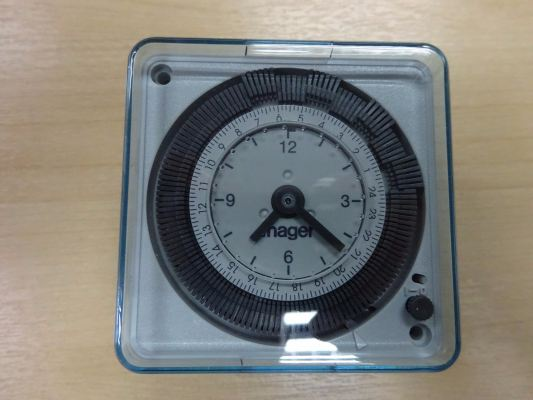 HAGER TIMER SWITCH 24HRS 16A (196~253V) 72 X 72 EH711