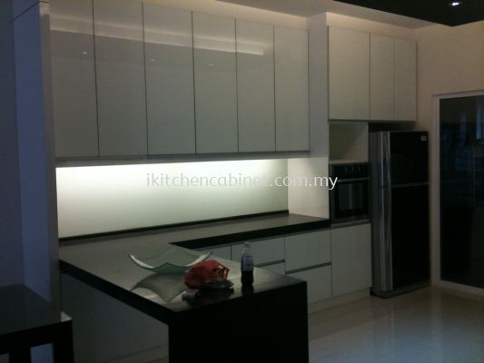 M23 - Kitchen cabinet with color glass door