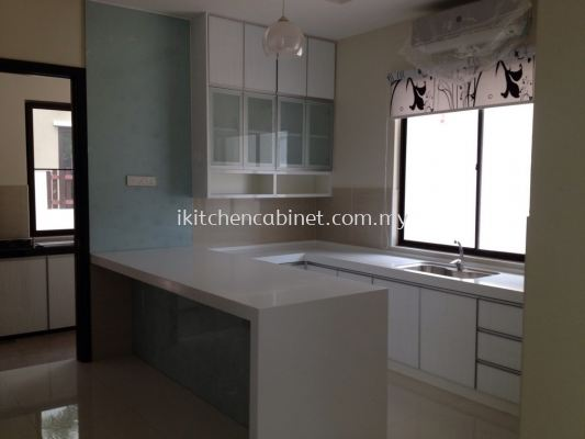 M24 - Kitchen cabinet with color glass door