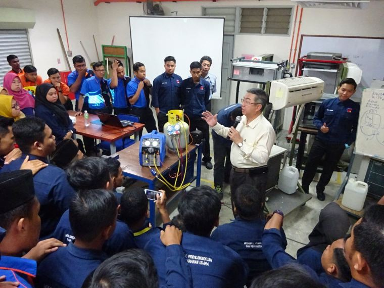 Refrigerant Recovery System With Equipment Talks To Students