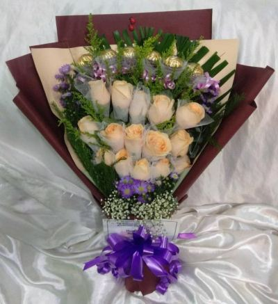 Roses and Ferrero Rocher Hand Bouquet (HB-951)