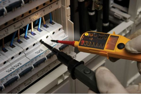 FLUKE T130 VOLTAGE/CONTINUITY TESTER WITH LCD SWITCHABLE LOAD
