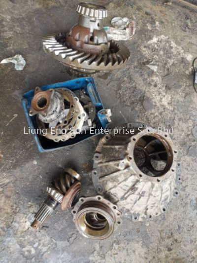 OVERHAUL REAR GEARBOX FUSO