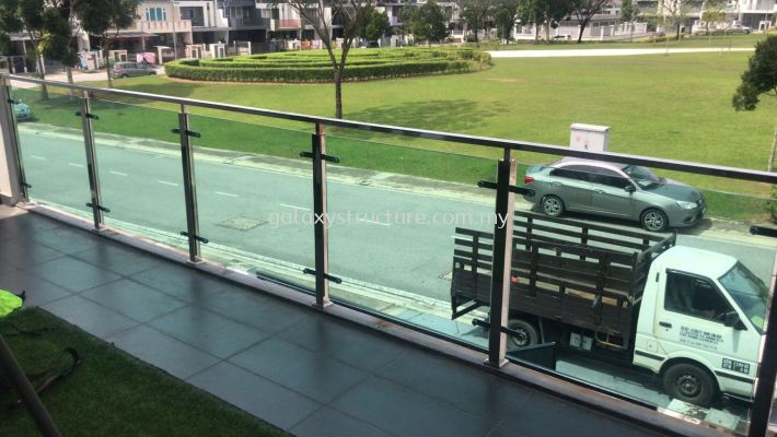 To fabrication supply and install stainless steel Sus304 tempered glass at balcony @ Jalan MR 1/8, Taman Residence, 48000 Rawang.