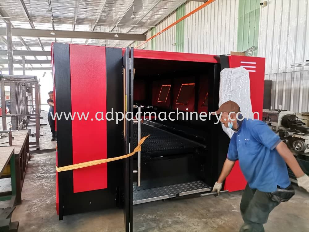 Delivery of Fiber Laser Cutting Machine with Automatic Table Changing