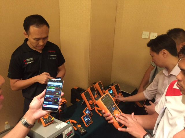 The Keysight Mobile Meter allows iOS or Android based smart devices to connect and control up to three handheld meters and view measurements from each connected handheld meter simultaneously.