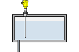 Level measurement in the holding tank of a filling system