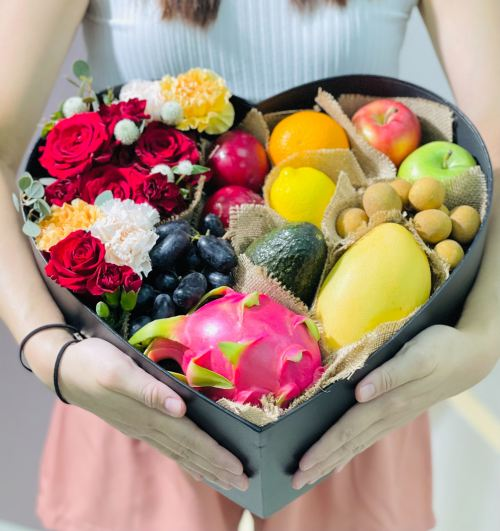 Everything about Love - Fruits & Flowers Box